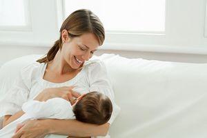 Как правильно кормить грудью и наладить контакт с малышом? нужно ли занимать специальное положение для правильного кормления грудью?