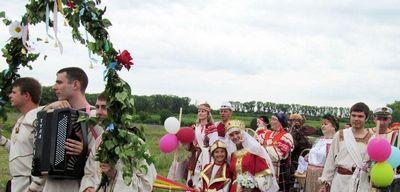Традиции выкупа невесты: современный сценарий и плакаты